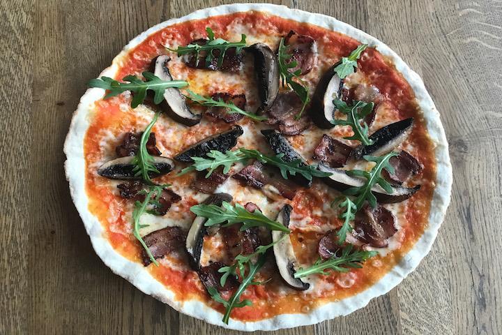 Pizza Speck mit Pilzen